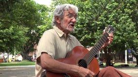 Homem que joga a guitarra acústica e que canta filme