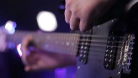 Homem que joga a guitarra-baixo, concerto video estoque