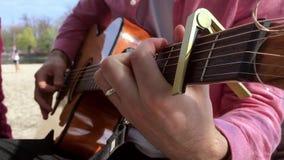 Homem que joga a guitarra com verão acústico do feriado do tempo livre da corda clássica do músico da música do tiro do movimento vídeos de arquivo