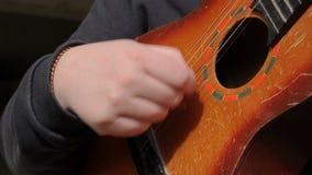 Homem que joga a guitarra em exterior vídeos de arquivo