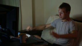 Homem que joga jogos de vídeo em seu computador gamer irracional Eu perdi o jogo video estoque