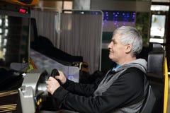 Homem que joga a máquina de jogo de arcada Fotos de Stock Royalty Free