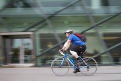 Homem que joga na bicicleta para a saúde o 9 de maio de 2015 na baía do porto, Singapura Fotografia de Stock Royalty Free