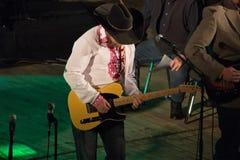 Homem que joga na guitarra foto de stock royalty free
