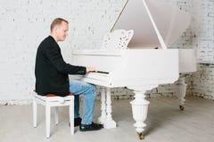 Homem que joga no piano Imagens de Stock Royalty Free
