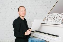 Homem que joga no piano Foto de Stock