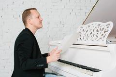 Homem que joga no piano Imagens de Stock
