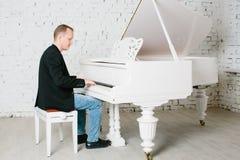Homem que joga no piano Fotografia de Stock