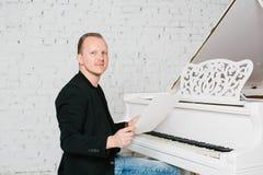 Homem que joga no piano Fotos de Stock