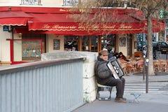 Homem que joga o acordeão Fotografia de Stock Royalty Free