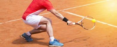 Homem que joga o ar livre do tênis Jogador de tênis com raquete e bola O imagens de stock royalty free