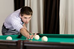 Homem que joga o bilhar na casa de jogo Fotos de Stock