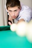 Homem que joga o bilhar no clube de jogo Fotos de Stock Royalty Free