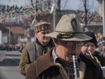 Homem que joga o clarinete na faixa imagem de stock