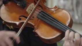 Homem que joga o fim frontal do violino acima de FDV video estoque