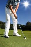 Homem que joga o golfe Fotos de Stock Royalty Free