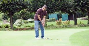Homem que joga o golfe Imagens de Stock