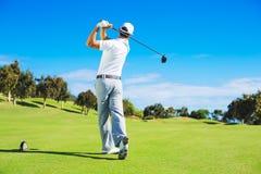 Homem que joga o golfe Imagem de Stock Royalty Free