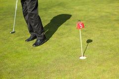 Homem que joga o golfe imagem de stock
