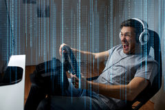 Homem que joga o jogo de vídeo das corridas de carros em casa Imagem de Stock