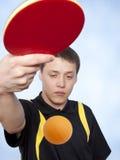 Homem que joga o pong do sibilo Fotos de Stock