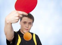 Homem que joga o pong do sibilo Foto de Stock