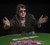 Homem que joga o póquer Imagens de Stock