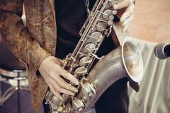 Homem que joga o saxofone Fotografia de Stock