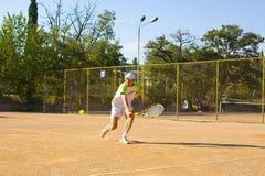 Homem que joga o tênis Foto de Stock Royalty Free