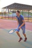 Homem que joga o tênis Fotos de Stock