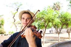 Homem que joga o violino fora imagens de stock royalty free