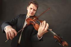 Homem que joga o violino que mostra emoções e expressões foto de stock