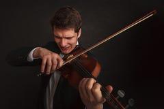 Homem que joga o violino que mostra emoções e expressões imagem de stock royalty free