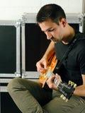Homem que joga sua guitarra elétrica Imagem de Stock
