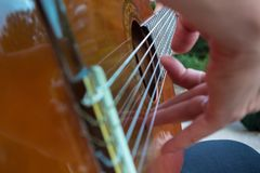 Homem que joga uma guitarra acústica foto de stock royalty free