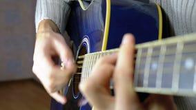 Homem que joga uma guitarra acústica Movimento lento video estoque