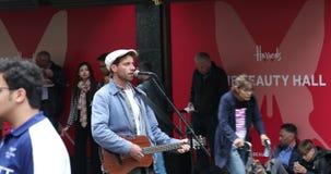 Homem que joga uma guitarra e que canta na rua em Londres vídeos de arquivo