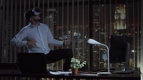 Homem que joga VR no escritório Imagens de Stock