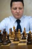Homem que joga a xadrez Fotografia de Stock Royalty Free