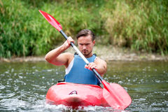 Homem que kayaking Foto de Stock Royalty Free