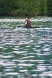 Homem que kayaking no rio da inundação Imagem de Stock Royalty Free
