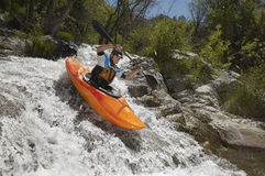 Homem que Kayaking no rio da montanha Fotos de Stock Royalty Free