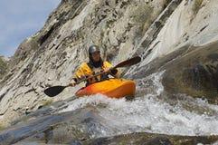 Homem que Kayaking no rio da montanha imagens de stock
