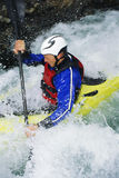 Homem que kayaking nos rapids foto de stock
