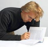 Homem que lê atenta um livro Fotografia de Stock