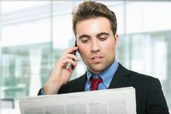 Homem que lê o jornal Foto de Stock