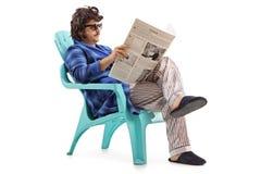 Homem que lê um jornal imagens de stock royalty free