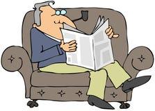 Homem que lê um jornal Fotos de Stock Royalty Free
