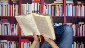Homem que lê um livro video estoque