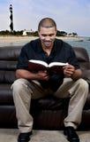 Homem que lê um livro imagem de stock royalty free